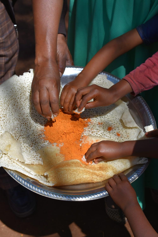 People eat local injera flatbread made of maize. (Photo: Simret Yasabu/CIMMYT)