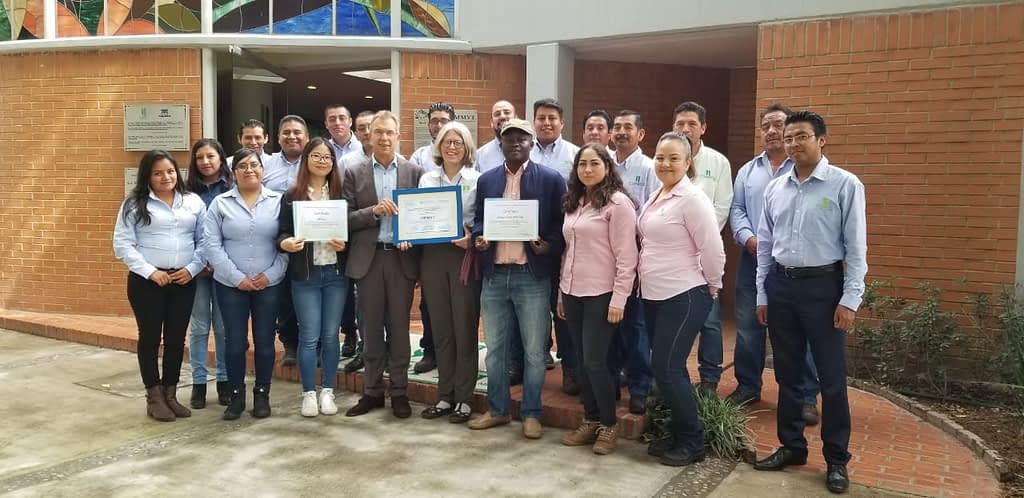Denise Costich, CIMMYT director general Martin Kropff, and the Maize Collection team confer certificates of participation to two visiting interns, Jiang Li (to the left of Kropff), a doctoral student from CAAS, Beijing, China, and Afeez Saka Opeyemi (to the right of Costich), a staff member of the IITA Germplasm Bank in Nigeria.