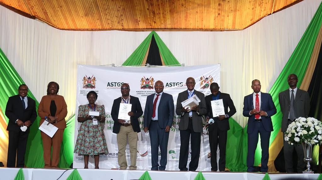 Ruth Wanyera receives the Kenya Agricultural Research Award (KARA), during the High Panel Conference on Agricultural Research in Kenya. (Photo: CIMMYT)