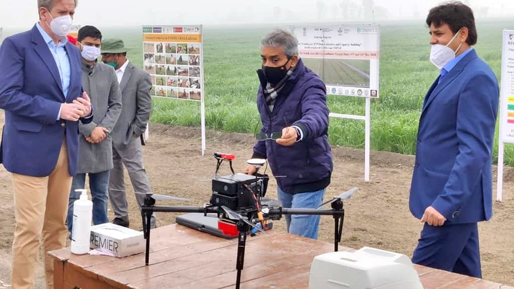 Australia's High Commissioner to India, Barry O' Farrell (left), observes the use of drone technology at the BISA experimental station in Ludhiana, India. (Photo: Uttam Kumar/CIMMYT).