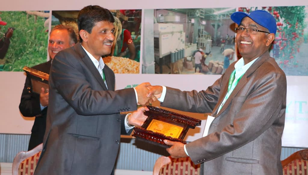 Dyutiman Choudhary (left) receives a token of appreciation at an International Seed Conference organized in Nepal. (Photo: Bandana Pradhan/CIMMYT)