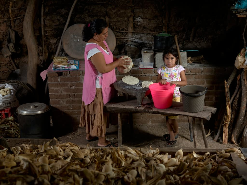 Aneli Zárate Vásquez (left), in Mexico's state of Oaxaca, sells maize tortillas for a living. (Photo: P. Lowe/CIMMYT)