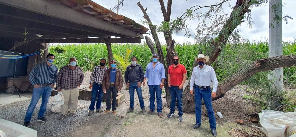 CIMMYT agronomist Erick Ortiz (center) meets with farmers from Colorado de Herrera, Pénjamo, in Mexico's Guanajuato state, who want to participate in the Agriba Sustentable project. (Photo: CIMMYT)