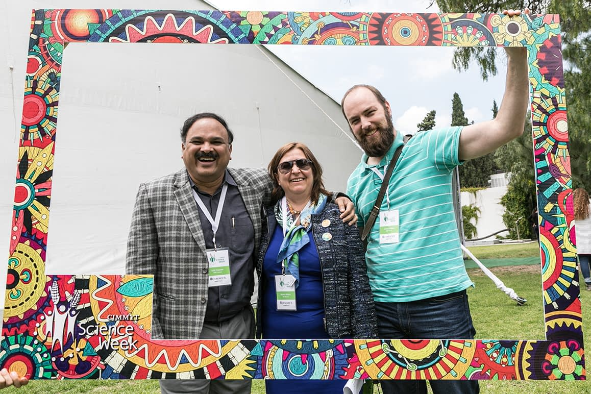 Monika Altmaier (center) takes a selfie with CIMMYT scientists during CIMMYT's Science Week 2018. (Photo: Alfredo Saenz for CIMMYT)
