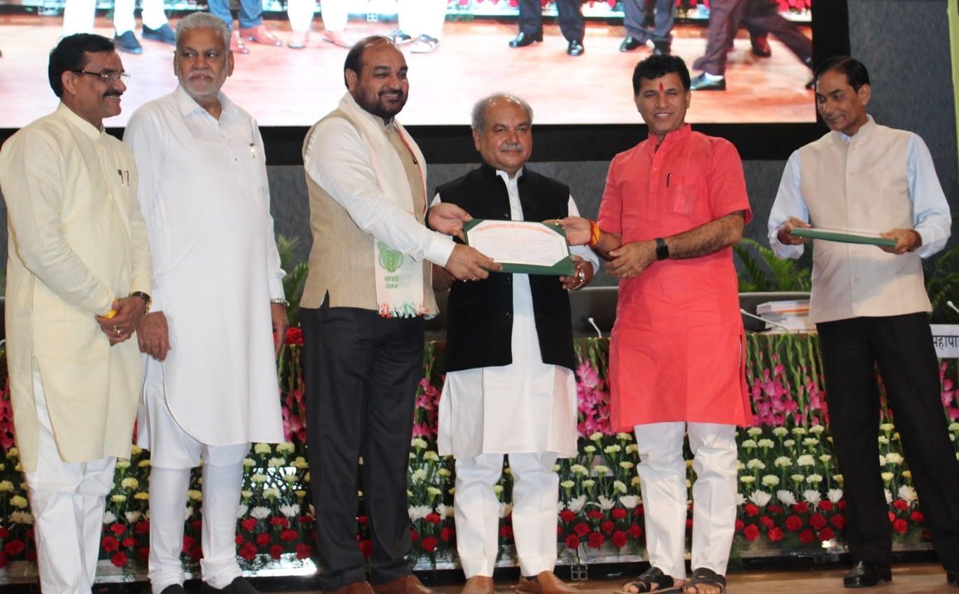 CIMMYT scientist M.L. Jat (third from left) receives the Rafi Ahmed Kidwai Award.