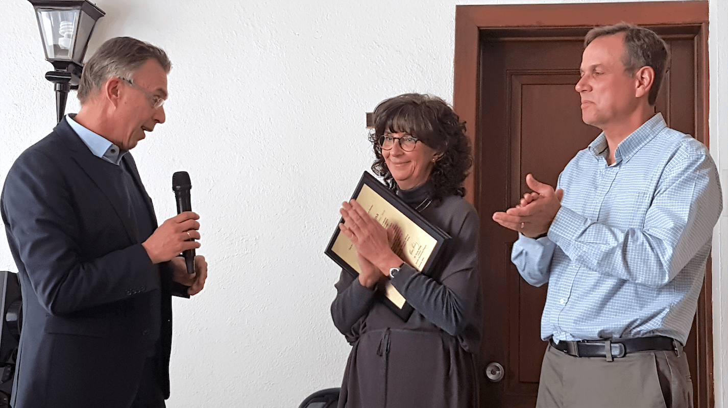 Monica Mezzalama (center) receives a plaque from CIMMYT's director general Martin Kropff (left) in recognition for her accomplishments and leadership. (Photo: CIMMYT)