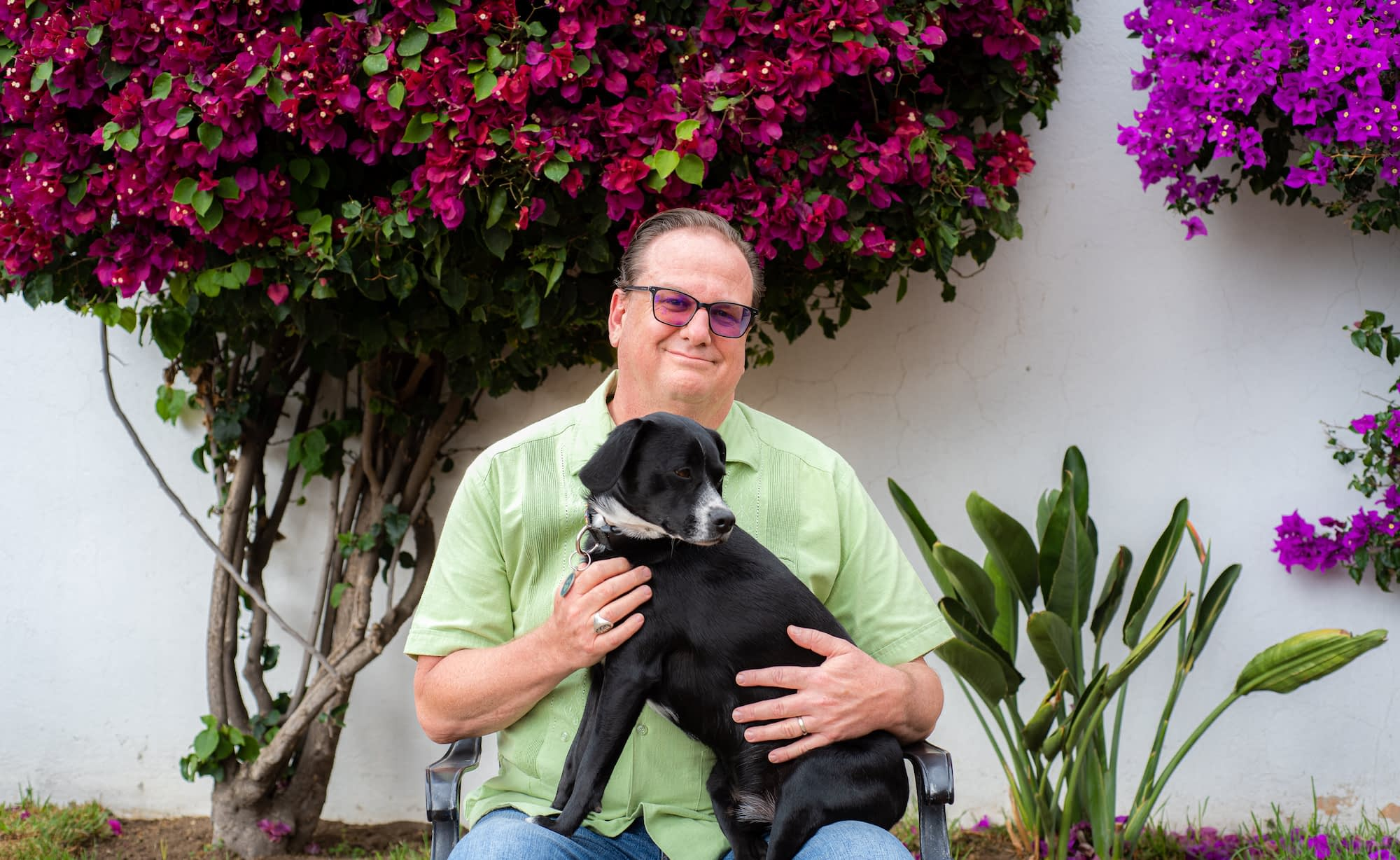Terry Molnar sits for a portrait with his dog. (Photo: Alfonso Cortés/CIMMYT)