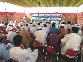 Jalees Ahmed shares his experience with farmers during a field day. Photo: Ansaar Ahmed