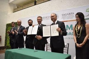 CIMMYT Director General Martin Kropff and Mexico's Secretary of Agriculture, José Eduardo Calzada Rovirosa display the signed agreement. Photo: CIMMYT.