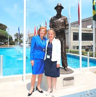 Sculptor Katharine McDevitt (R) stands in front of the bronze sculpture she created of Norman Borlaug with his daughter, Jeanie Borlaug Laube. (Photo: Marcelo Ortiz/CIMMYT)