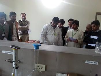 Participants visiting the food technology laboratories. Photo: Monsif-ur-Rehman/CIMMYT