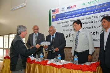 Mark Bell presented the working paper to the Federal Minister of National Food Security and Research, Pakistan. Photo: Amina Nasim Khan/CIMMYT