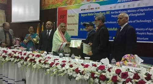 CIMMYT country representative received the certificate for the participation from Motia Chowdhury, Agricultural Minister, GoB. Photo: Barma, U./CIMMYT.
